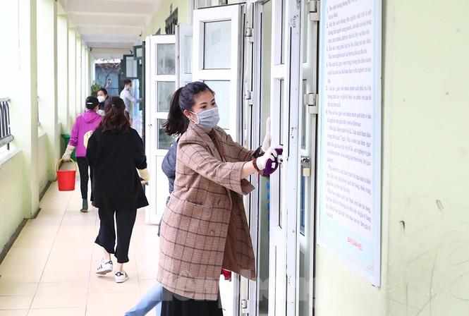 Cận cảnh các trường Hà Nội vệ sinh khử khuẩn phòng dịch virus corona - ảnh 2