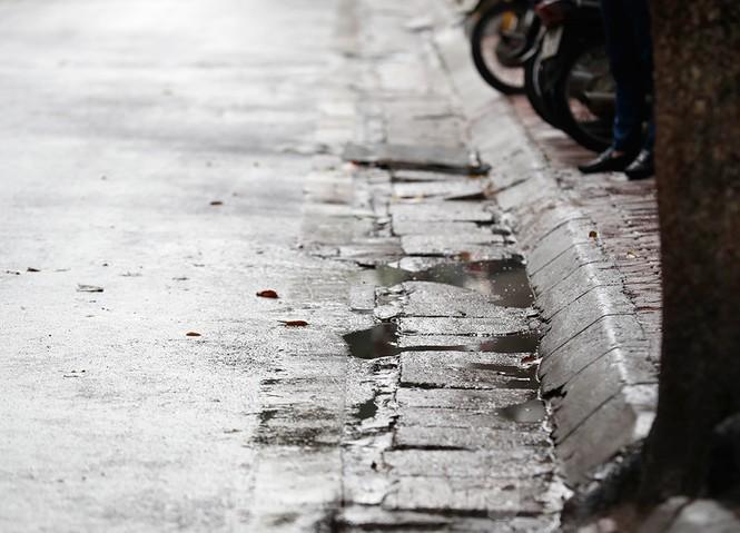 Hà Nội: Mặt đường đầy dầu mỡ, xe máy đổ la liệt trên đường Bùi Thị Xuân - ảnh 11
