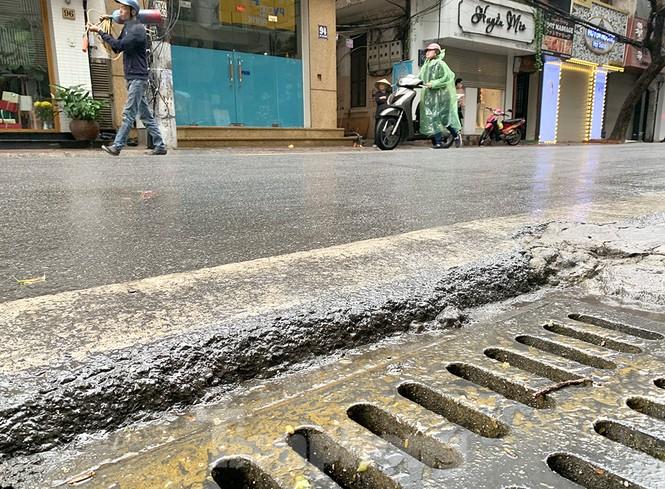 Hà Nội: Mặt đường đầy dầu mỡ, xe máy đổ la liệt trên đường Bùi Thị Xuân - ảnh 12
