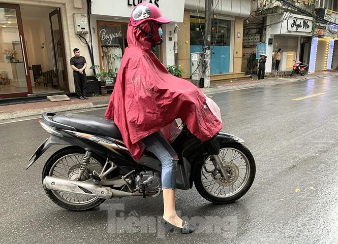Hà Nội: Mặt đường đầy dầu mỡ, xe máy đổ la liệt trên đường Bùi Thị Xuân - ảnh 9