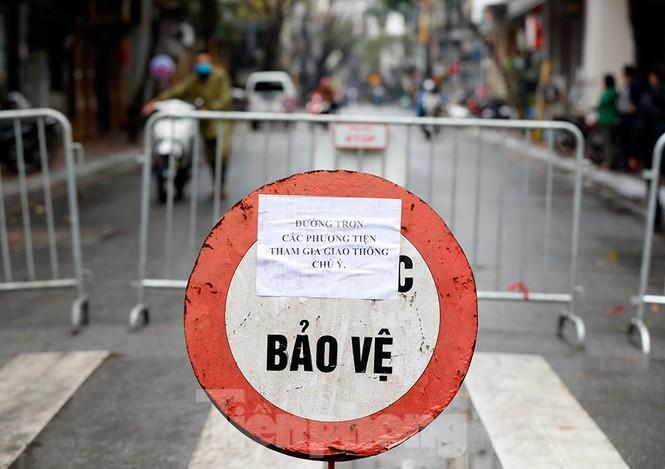 Hà Nội: Mặt đường đầy dầu mỡ, xe máy đổ la liệt trên đường Bùi Thị Xuân - ảnh 1
