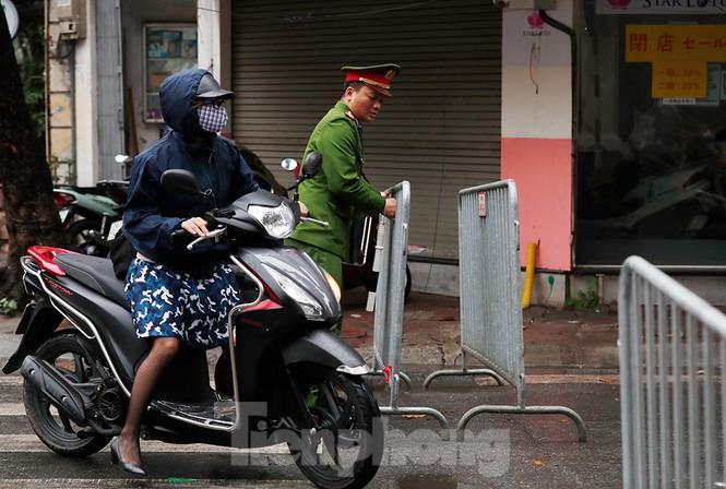 Hà Nội: Mặt đường đầy dầu mỡ, xe máy đổ la liệt trên đường Bùi Thị Xuân - ảnh 2
