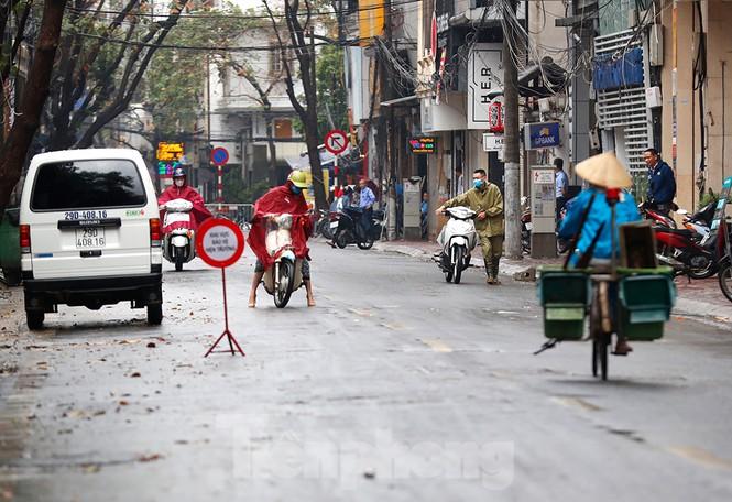 Hà Nội: Mặt đường đầy dầu mỡ, xe máy đổ la liệt trên đường Bùi Thị Xuân - ảnh 3