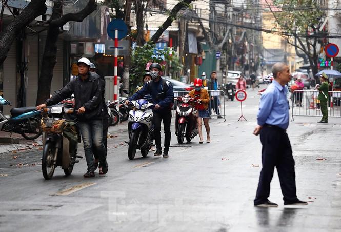Hà Nội: Mặt đường đầy dầu mỡ, xe máy đổ la liệt trên đường Bùi Thị Xuân - ảnh 4