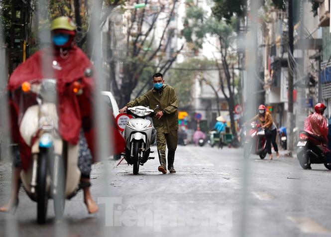 Hà Nội: Mặt đường đầy dầu mỡ, xe máy đổ la liệt trên đường Bùi Thị Xuân - ảnh 5