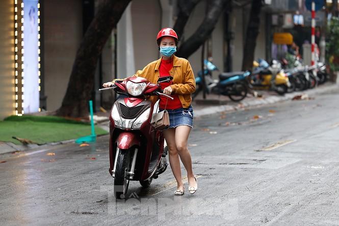 Hà Nội: Mặt đường đầy dầu mỡ, xe máy đổ la liệt trên đường Bùi Thị Xuân - ảnh 6