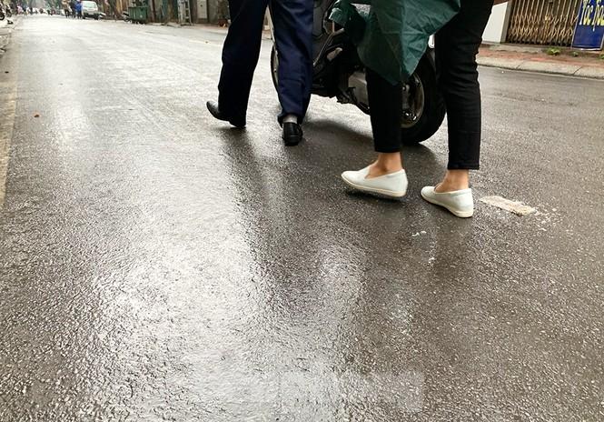 Hà Nội: Mặt đường đầy dầu mỡ, xe máy đổ la liệt trên đường Bùi Thị Xuân - ảnh 7