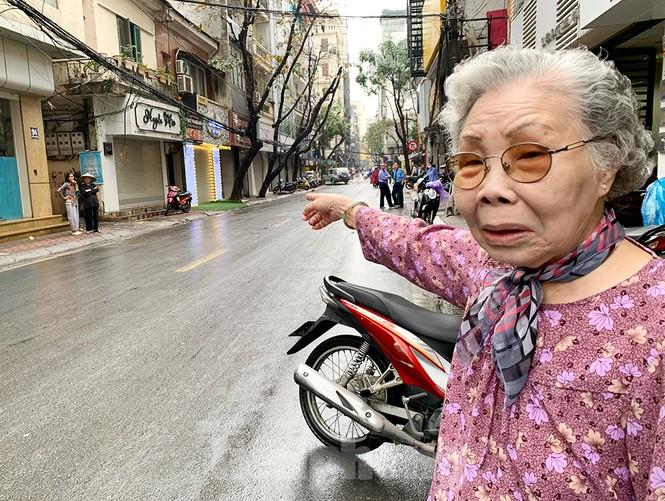 Hà Nội: Mặt đường đầy dầu mỡ, xe máy đổ la liệt trên đường Bùi Thị Xuân - ảnh 8