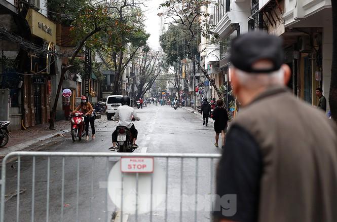 Hà Nội: Mặt đường đầy dầu mỡ, xe máy đổ la liệt trên đường Bùi Thị Xuân - ảnh 10