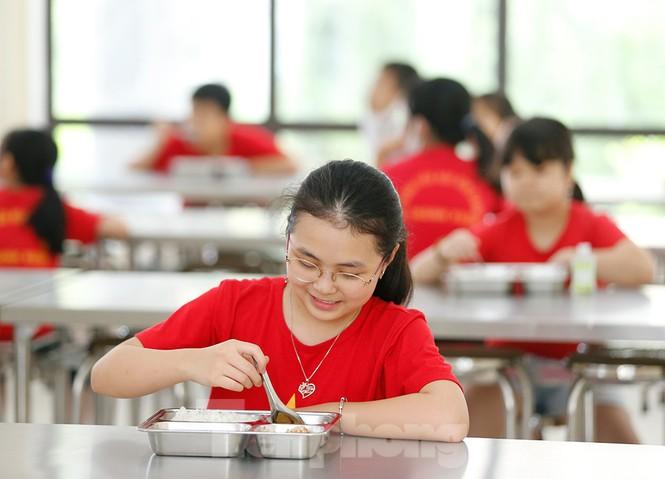 Bữa ăn bán trú đầu tiên của học sinh sau thời gian dài nghỉ học có gì đặc biệt? - ảnh 10