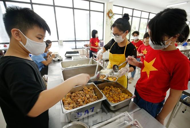 Bữa ăn bán trú đầu tiên của học sinh sau thời gian dài nghỉ học có gì đặc biệt? - ảnh 7