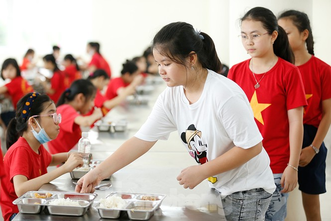 Bữa ăn bán trú đầu tiên của học sinh sau thời gian dài nghỉ học có gì đặc biệt? - ảnh 9