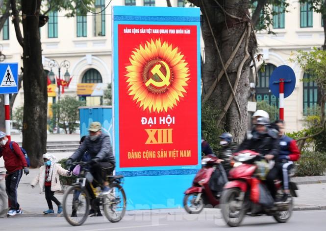 Hà Nội rực rỡ cờ, áp phích chào mừng Đại hội XIII của Đảng - ảnh 9
