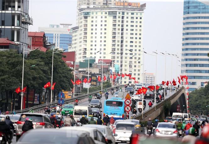 Hà Nội rực rỡ cờ, áp phích chào mừng Đại hội XIII của Đảng - ảnh 1