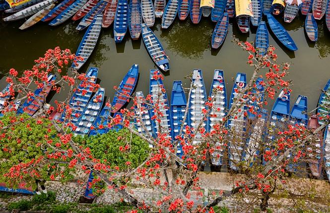 Trẩy hội chùa Hương, ngẩn ngơ ngắm hoa gạo 'thắp lửa' bên suối Yến - ảnh 1