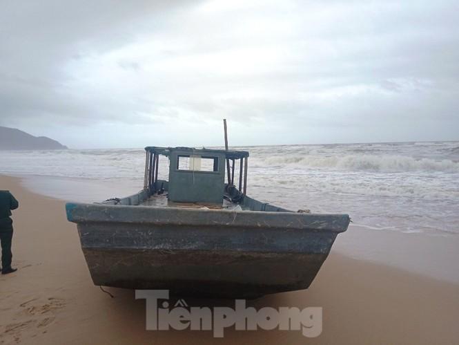 TT-Huế: Lại phát hiện thuyền không người dạt vào vùng biển Lăng Cô - ảnh 2