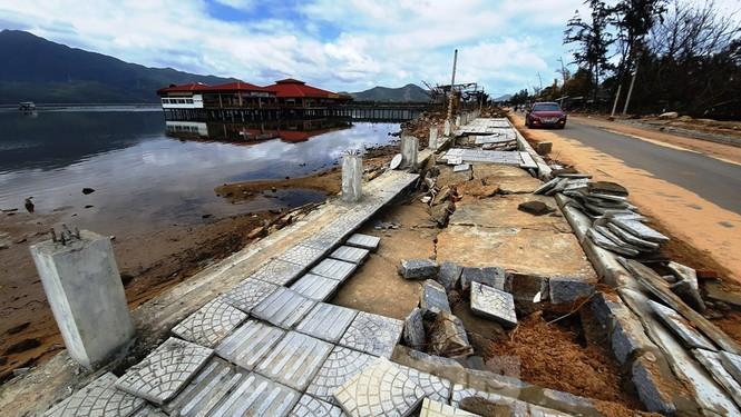 Đường đi bộ hơn 170 tỷ ven đầm ở Lăng Cô tan nát như gặp động đất - ảnh 9