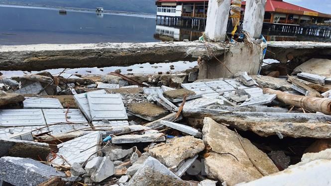 Đường đi bộ hơn 170 tỷ ven đầm ở Lăng Cô tan nát như gặp động đất - ảnh 10