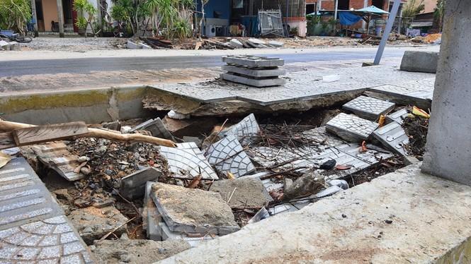 Đường đi bộ hơn 170 tỷ ven đầm ở Lăng Cô tan nát như gặp động đất - ảnh 13
