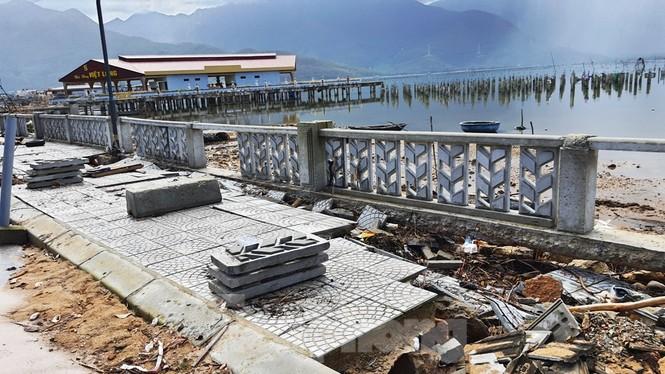 Đường đi bộ hơn 170 tỷ ven đầm ở Lăng Cô tan nát như gặp động đất - ảnh 14