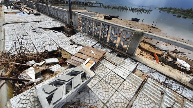 Đường đi bộ hơn 170 tỷ ven đầm ở Lăng Cô tan nát như gặp động đất - ảnh 16