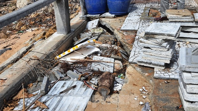 Đường đi bộ hơn 170 tỷ ven đầm ở Lăng Cô tan nát như gặp động đất - ảnh 17