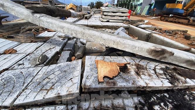Đường đi bộ hơn 170 tỷ ven đầm ở Lăng Cô tan nát như gặp động đất - ảnh 1