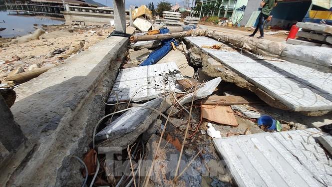 Đường đi bộ hơn 170 tỷ ven đầm ở Lăng Cô tan nát như gặp động đất - ảnh 2