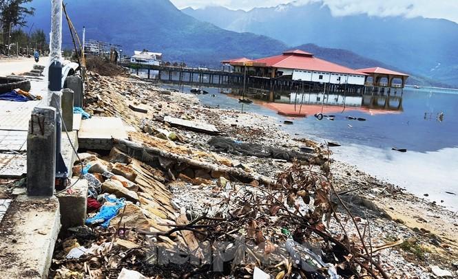 Đường đi bộ hơn 170 tỷ ven đầm ở Lăng Cô tan nát như gặp động đất - ảnh 4