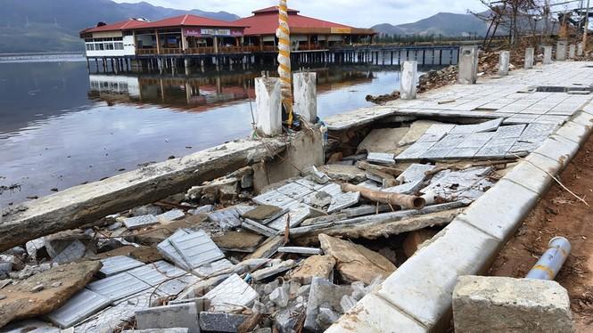 Đường đi bộ hơn 170 tỷ ven đầm ở Lăng Cô tan nát như gặp động đất - ảnh 5