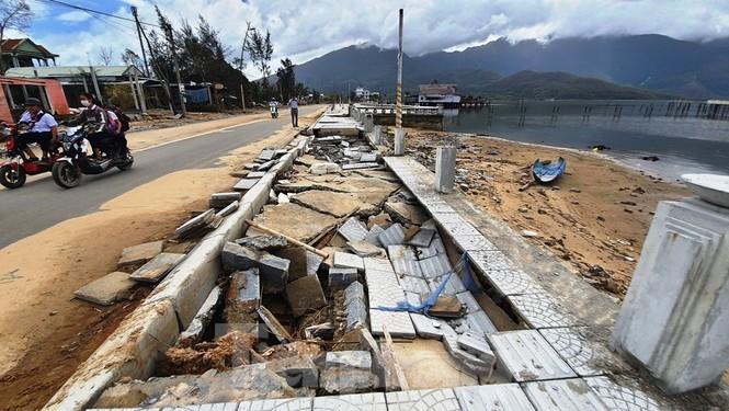 Đường đi bộ hơn 170 tỷ ven đầm ở Lăng Cô tan nát như gặp động đất - ảnh 8