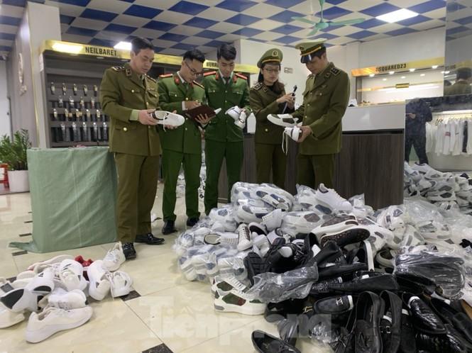 Tạm giữ 1.800 sản phẩm thời trang không giấy tờ, mang nhãn hiệu nổi tiếng ở Bắc Giang - ảnh 1