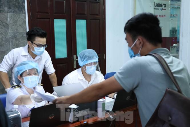 Cận cảnh lấy mẫu xét nghiệm gần 300 khách đi tàu đến TPHCM  - ảnh 6