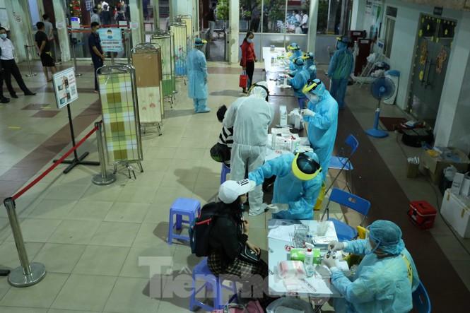 Cận cảnh lấy mẫu xét nghiệm gần 300 khách đi tàu đến TPHCM  - ảnh 7