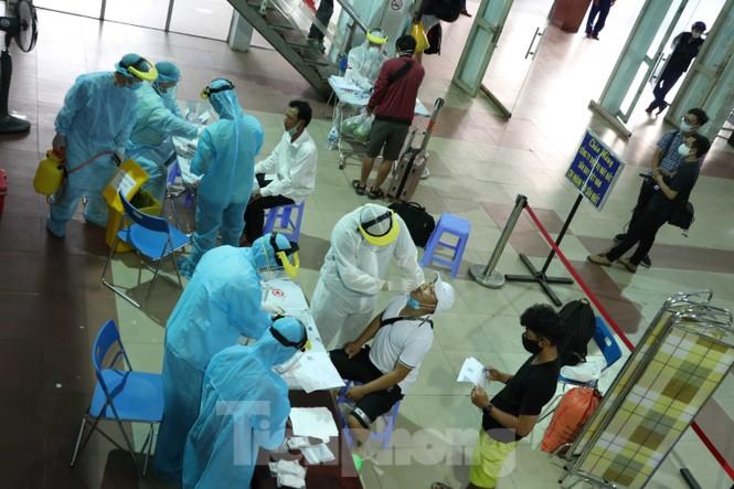Cận cảnh lấy mẫu xét nghiệm gần 300 khách đi tàu đến TPHCM  - ảnh 15