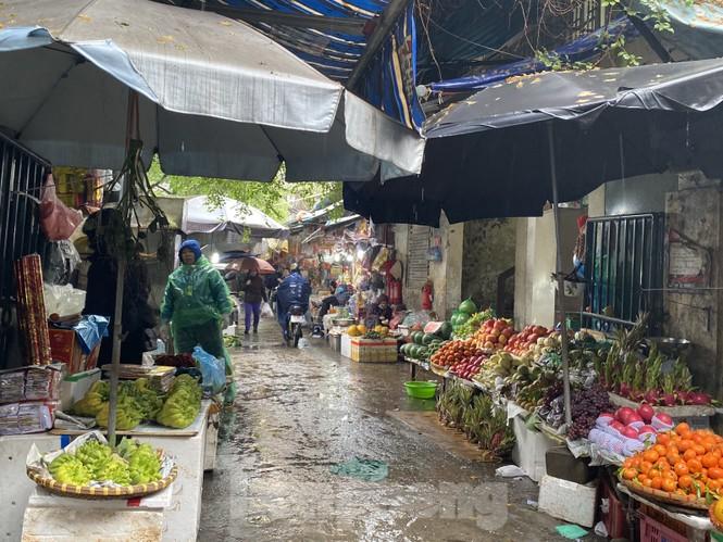 28 Tết: Tiểu thương ngóng khách ngày mưa, hoa quả tăng giá gấp 5 lần - ảnh 1