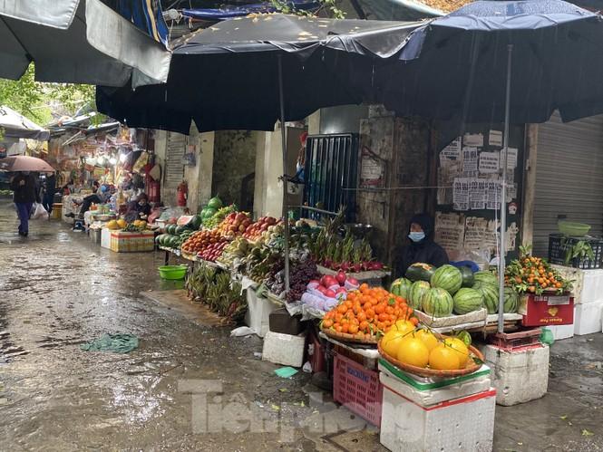 28 Tết: Tiểu thương ngóng khách ngày mưa, hoa quả tăng giá gấp 5 lần - ảnh 2