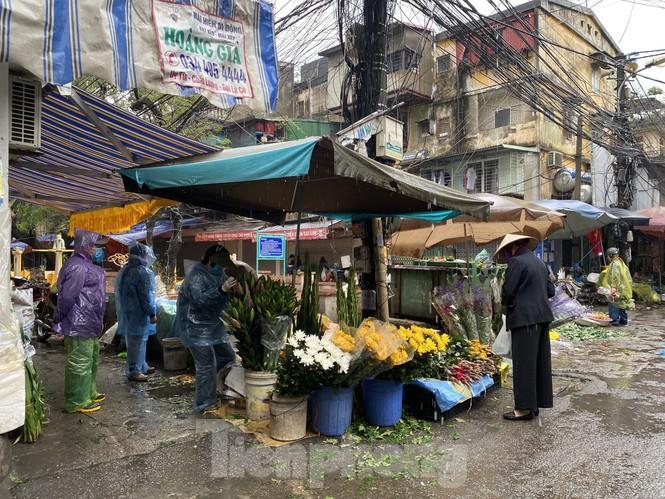 28 Tết: Tiểu thương ngóng khách ngày mưa, hoa quả tăng giá gấp 5 lần - ảnh 6
