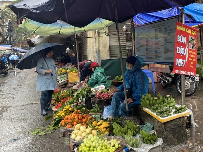 28 Tết: Tiểu thương ngóng khách ngày mưa, hoa quả tăng giá gấp 5 lần - ảnh 3