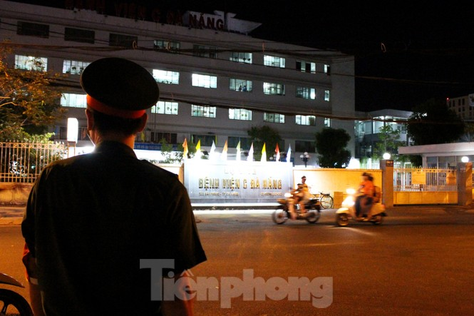 Quân khu 5 phun khử trùng 2 bệnh viện bị phong tỏa - ảnh 1