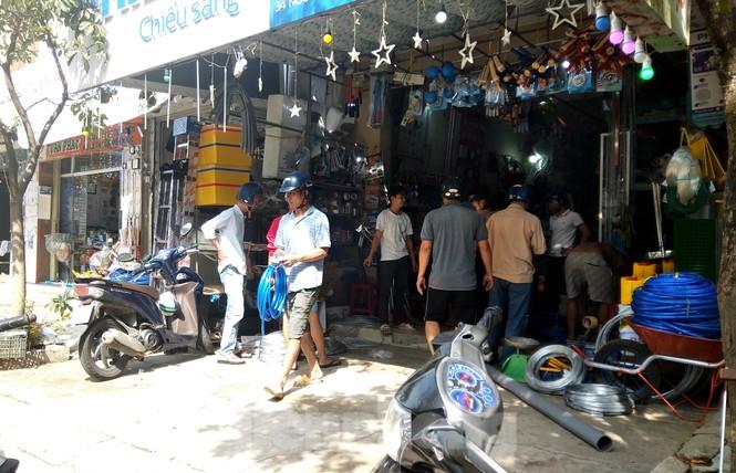 Người dân Đà Nẵng hối hả mua đồ chằng chống nhà cửa trước bão số 9 - ảnh 3