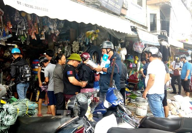 Người dân Đà Nẵng hối hả mua đồ chằng chống nhà cửa trước bão số 9 - ảnh 4