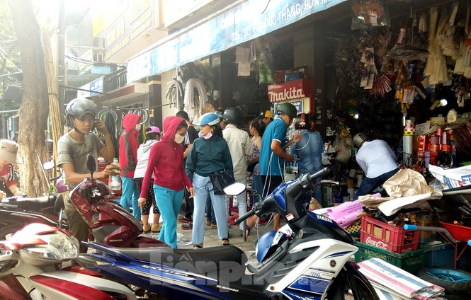 Người dân Đà Nẵng hối hả mua đồ chằng chống nhà cửa trước bão số 9 - ảnh 5