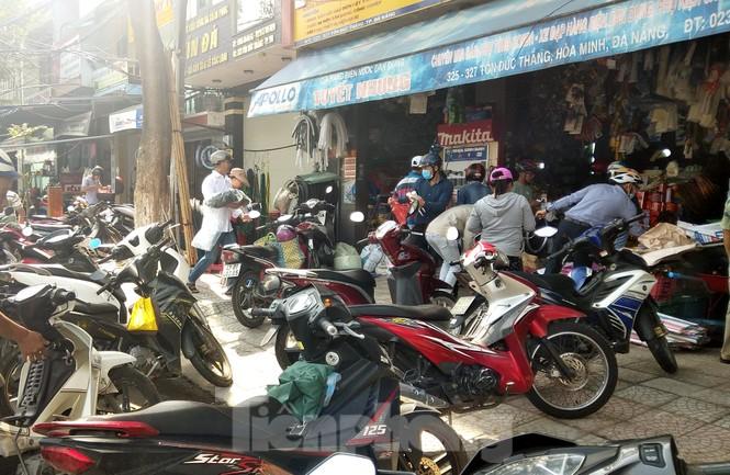 Người dân Đà Nẵng hối hả mua đồ chằng chống nhà cửa trước bão số 9 - ảnh 1