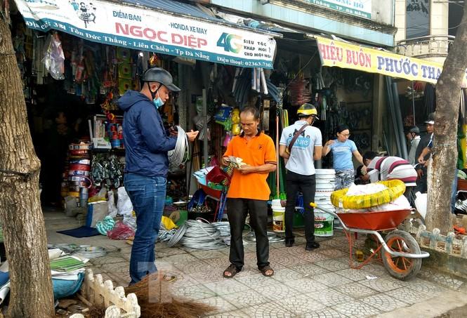 Người dân Đà Nẵng hối hả mua đồ chằng chống nhà cửa trước bão số 9 - ảnh 2