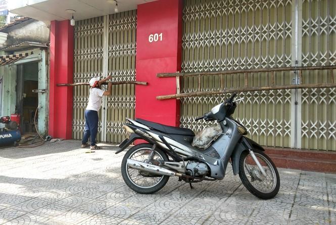 Người dân Đà Nẵng hối hả mua đồ chằng chống nhà cửa trước bão số 9 - ảnh 7