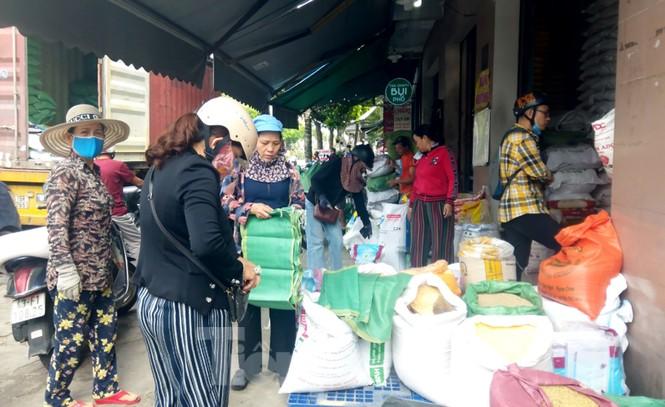 Người dân Đà Nẵng hối hả mua đồ chằng chống nhà cửa trước bão số 9 - ảnh 8