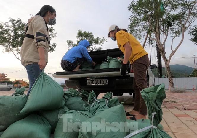 Người dân Đà Nẵng hối hả mua đồ chằng chống nhà cửa trước bão số 9 - ảnh 9