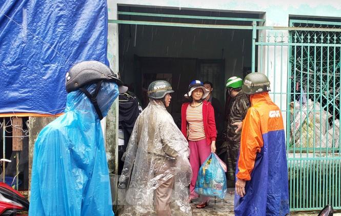 'Đi từng ngõ, gõ từng nhà' giúp dân sơ tán tránh bão số 13  - ảnh 7