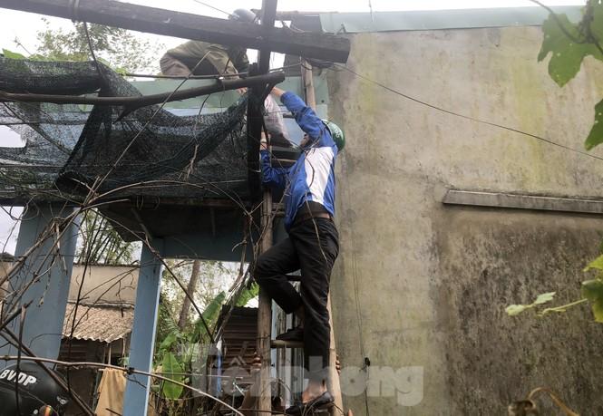 'Đi từng ngõ, gõ từng nhà' giúp dân sơ tán tránh bão số 13  - ảnh 9